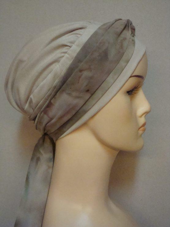 Beżowa chusta - modny wzór