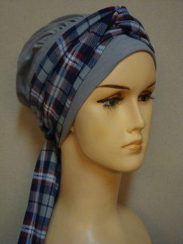 Popielata chusta - modny wzór z dekoracją w kratkę