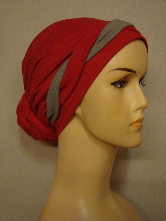 Czerwony turban z czerwono-beżową plecioną dekoracją