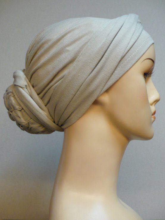 Beżowy turban z dekoracją