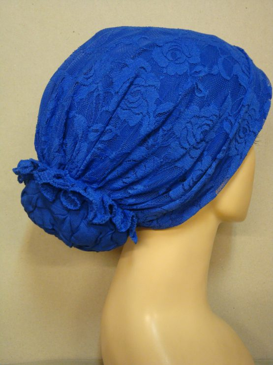 Szafirowy turban z dekoracyjną koronką.