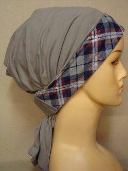 Bawełniana chusta w kolorze popielatym z dekoracyjnym rantem w kratkę