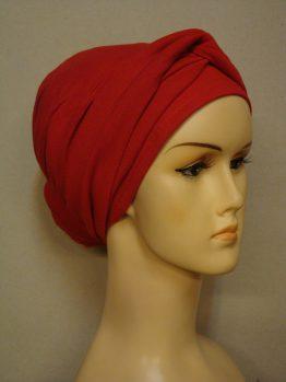 Czerwony turban z dekoracją