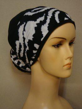 Czarny turban z biało-czarną dekoracją