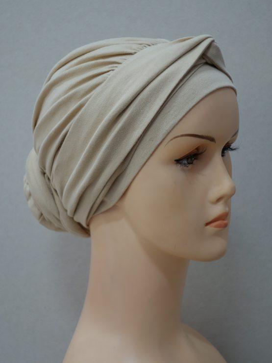 Beżowy drapowany turban z dekoracją