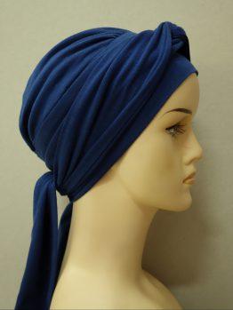 Granatowa chusta - modny wzór