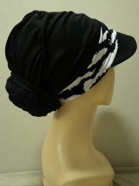 Czarny turban z daszkiem ze wzorzystym rantem