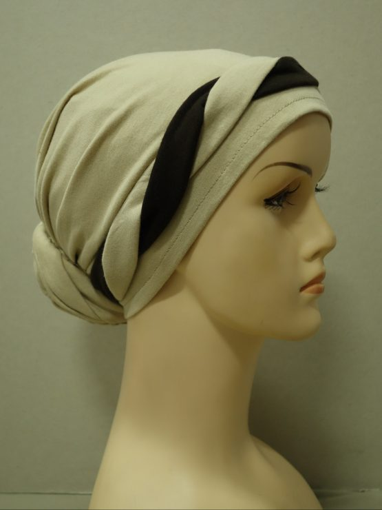Beżowy turban z plecioną dekoracją