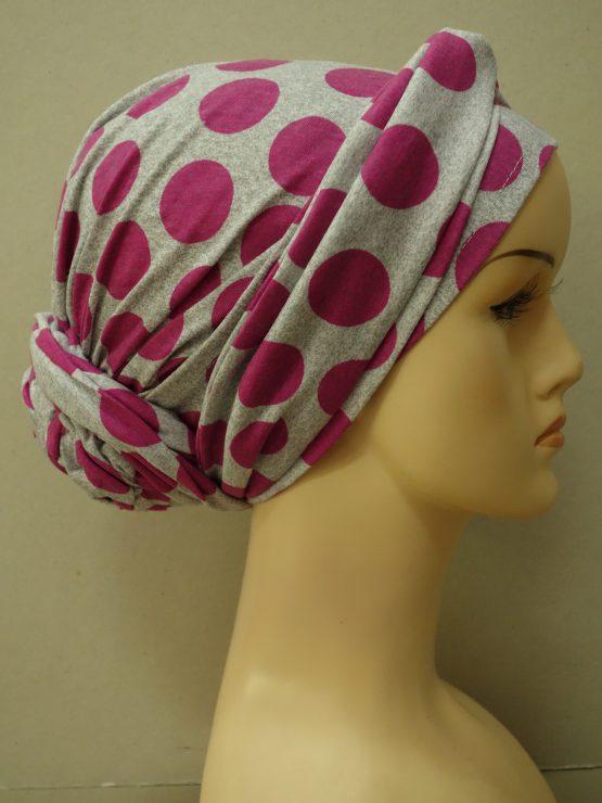 Popielaty bawełniany turban z kokiem w kolorowe grochy.