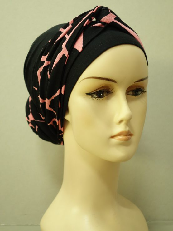 Czarny turban z dekoracją w różowe wzory
