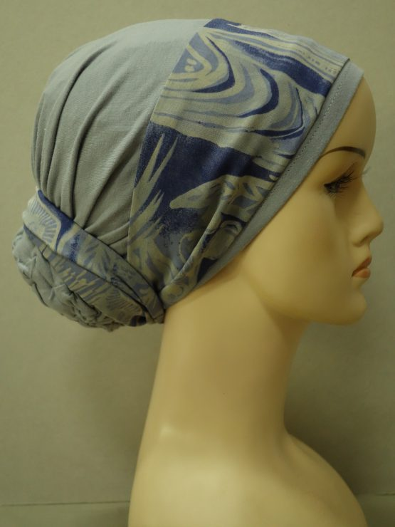Popielaty turban z kolorową dekoracją