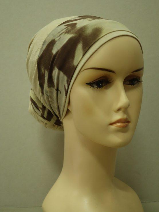 Beżowy turban z jedwabną dekoracją