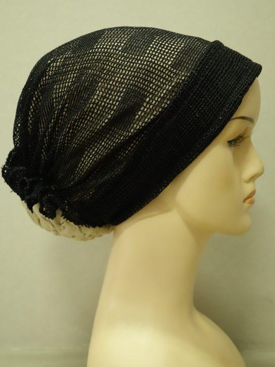 Beżowy turban wykończony czarną koronką