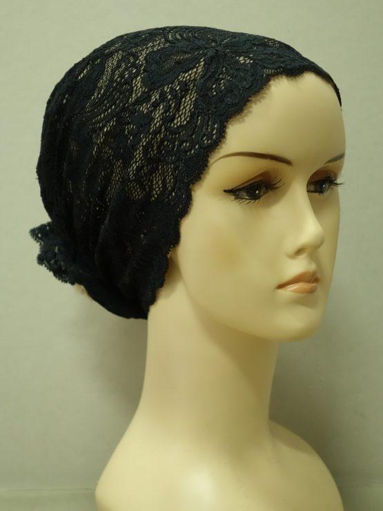 Beżowy turban wykończony kwiecistą czarną koronką