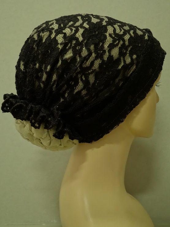 Beżowy turban wykończony czekoladową koronką