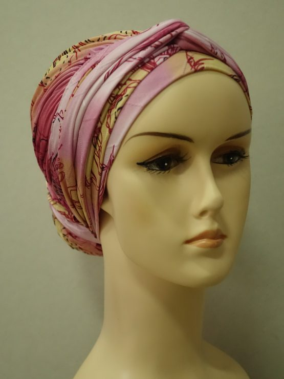 Kolorowy drapowany turban z kokiem w kwiaty.