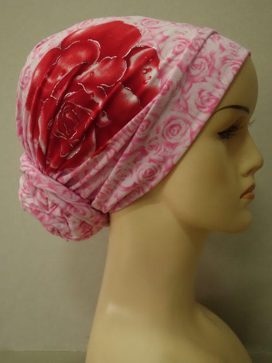 Różowy turban z dekoracyjnym kwiatem