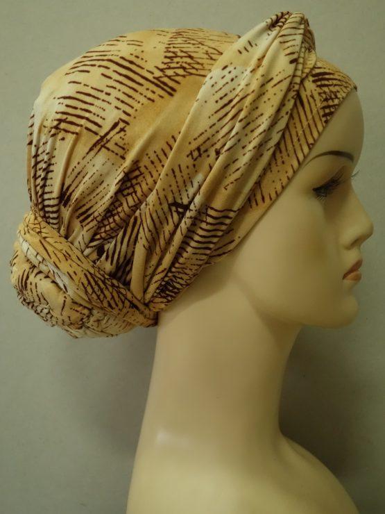 Turban z kokiem w kolorze beżowym z dekoracją.