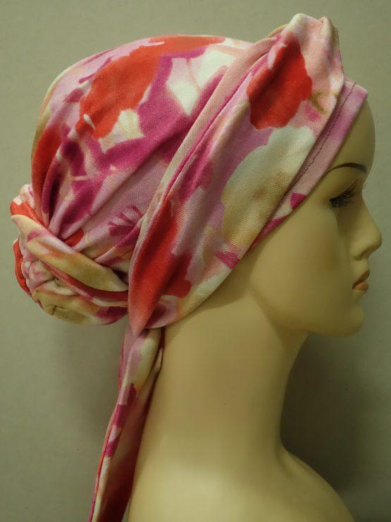 Pastelowy turban z kokiem z dekoracją.