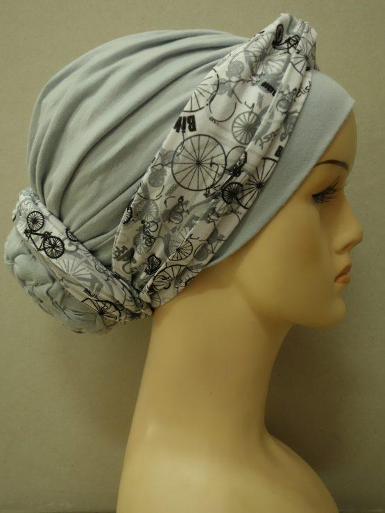 Popielaty drapowany turban z dekoracją w rowery