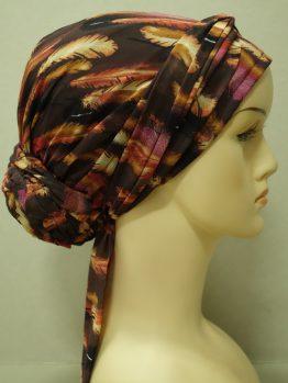 Brązowy turban z jedwabnej żorżety w piórka