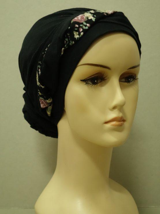 Czarny drapowany turban z plecioną dekoracją w kwiaty