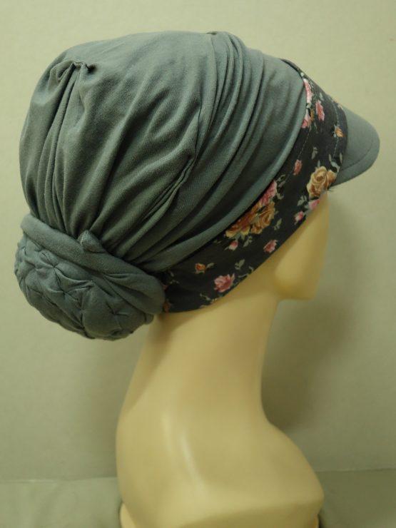 Popielaty turban z daszkiem z kwiecistym rantem