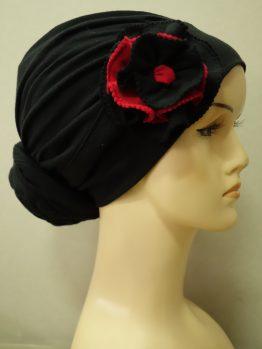 Czarny drapowany turban z dekoracyjnym kwiatem