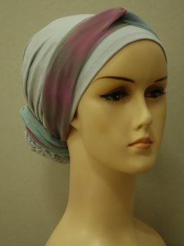 Popielaty bawełniany turban z kokiem i tęczową dekoracją.