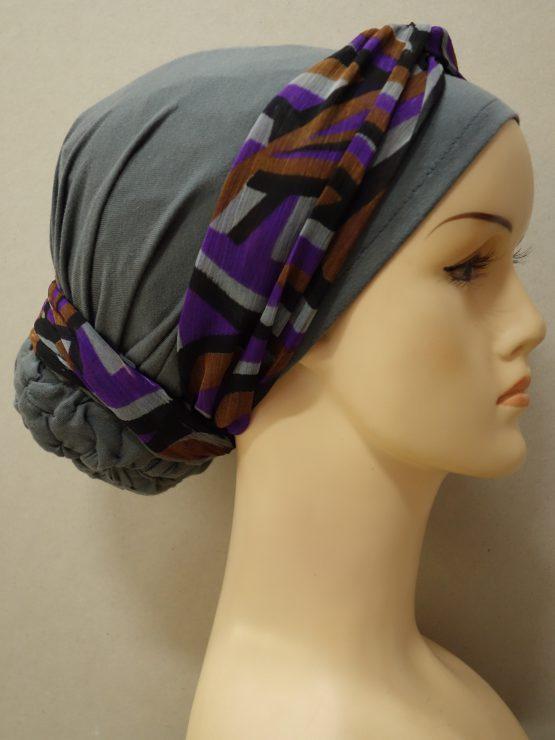 Popielaty turban z dekoracją we wzory