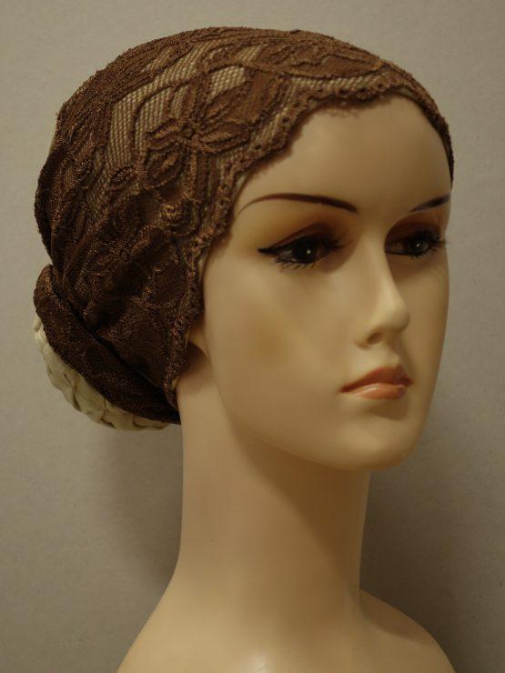 Beżowy turban wykończony koronką