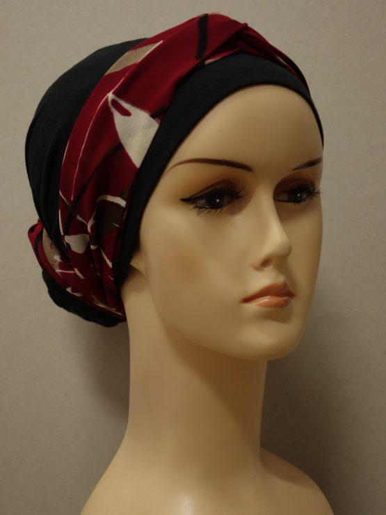 Czarny turban z czerwoną dekoracją