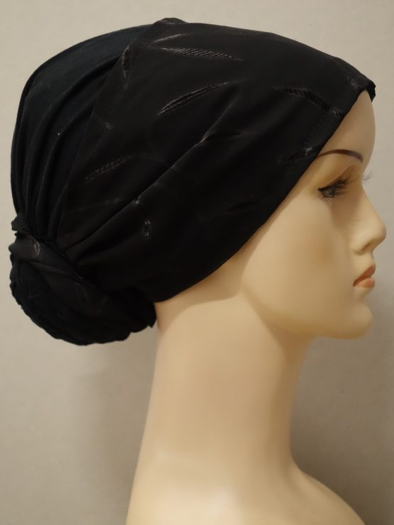Czarny turban wykonany z bawełny wykończony czarną żorżetą.