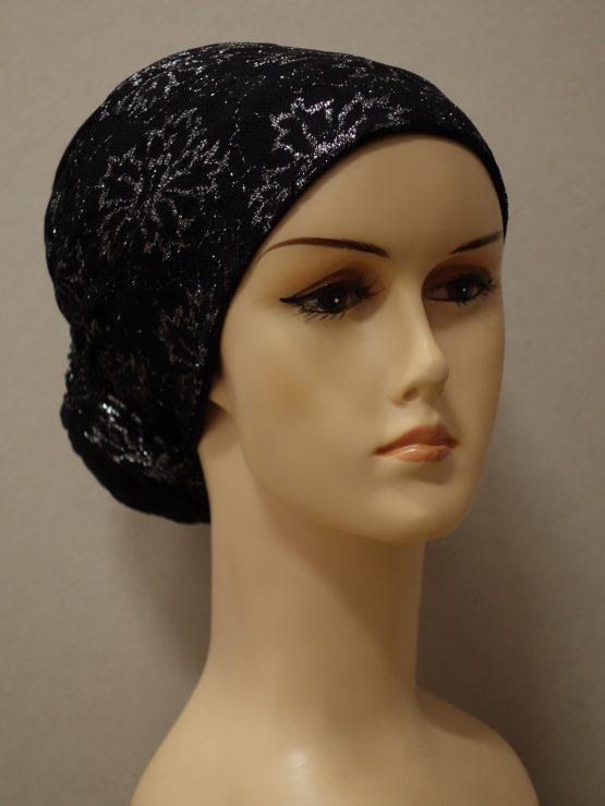 Czarny turban wykończony srebrzystą koronką
