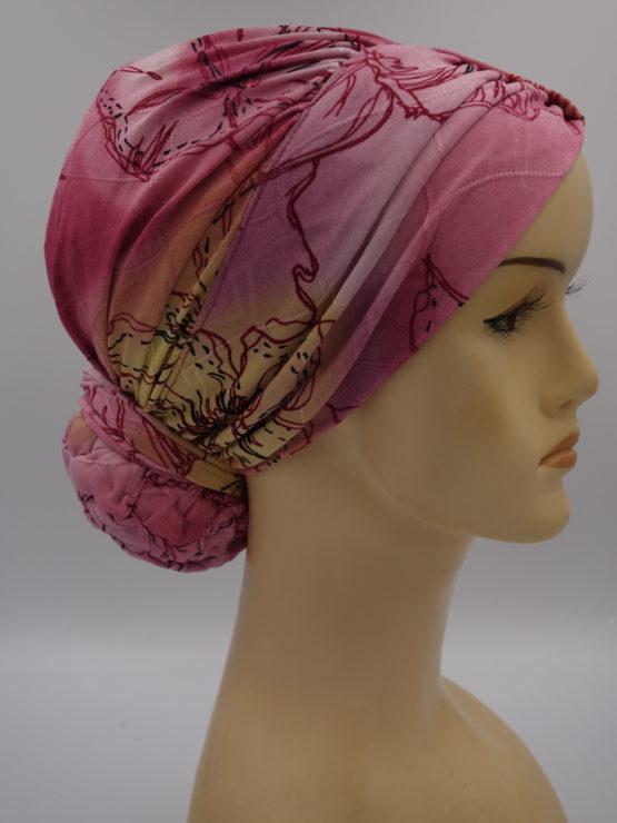 Różowy drapowany turban w kolorowe kwiaty