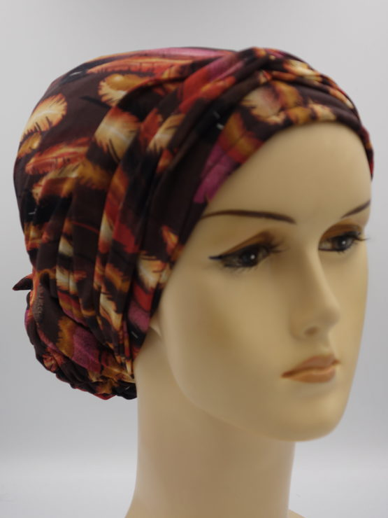 Brązowy turban w piórka