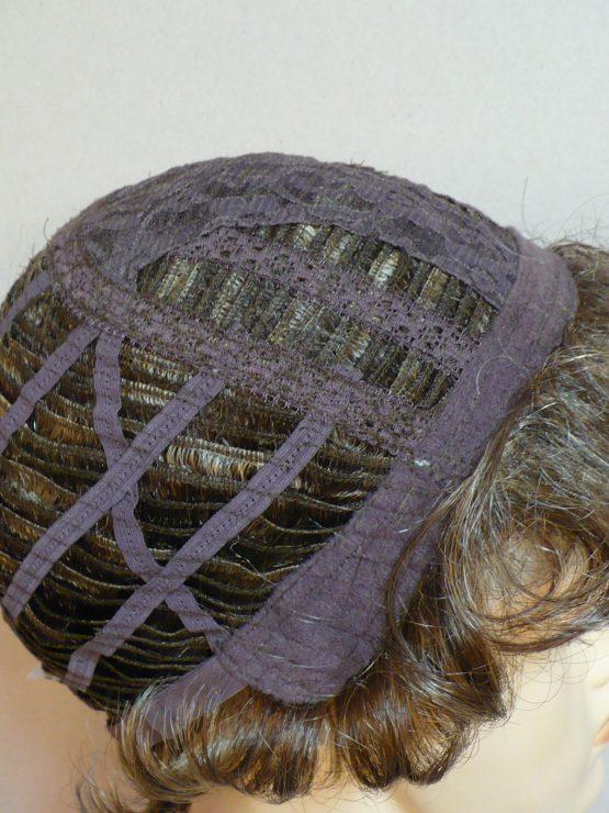 Krótka peruka kręcona ciemny blond z refleksami