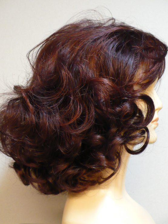Półdługa peruka rubinowa kręcona na końcach