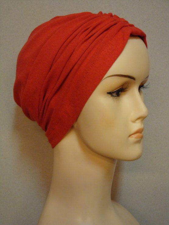 Czerwony czepek drapowany