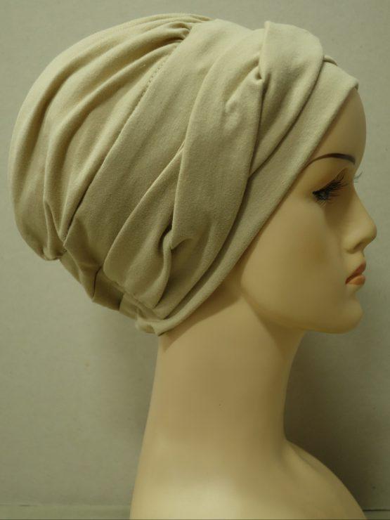 Beżowa modna czapka z dekoracją