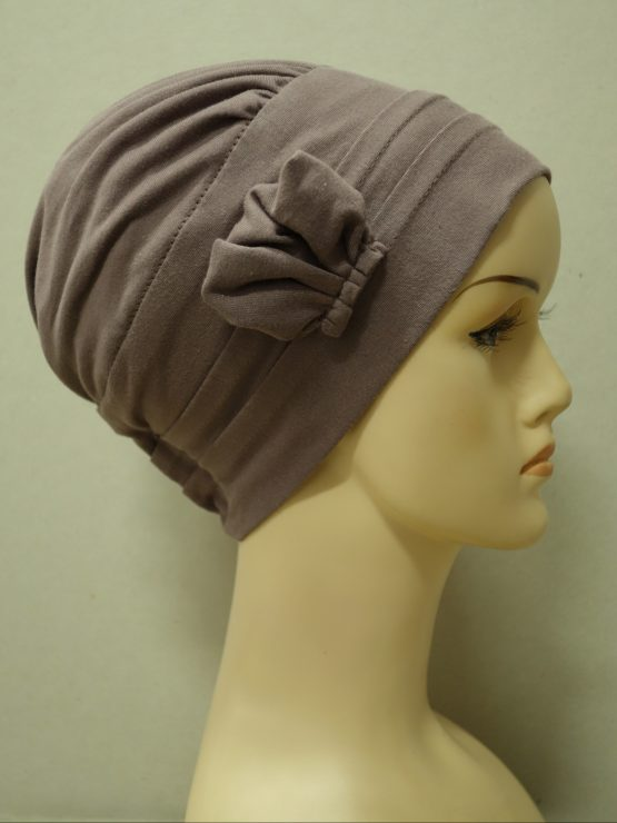 Wrzosowa modna czapka z dekoracją