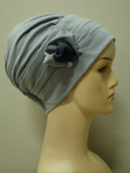 Popielata modna czapka z dekoracją