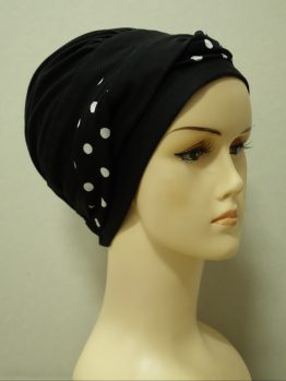 Czarna modna czapka z dekoracją w groszki