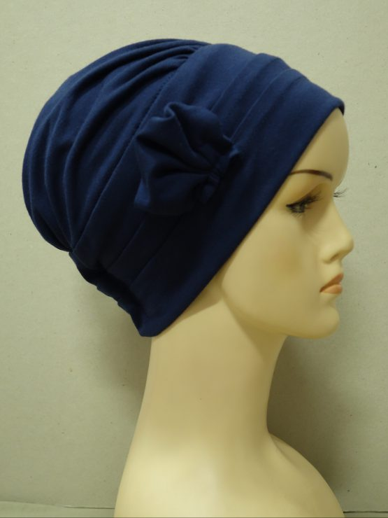 Granatowa modna czapka z dekoracją