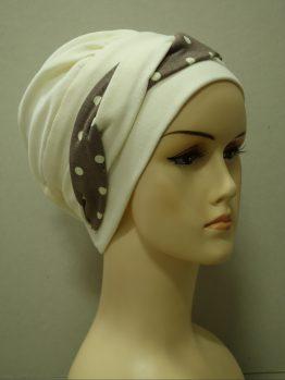 Waniliowa modna czapka z dekoracją w groszki