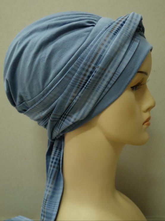 Niebieska chusta modny wzór z wiązaną wzorzystą dekoracją w kratkę.