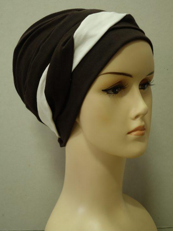 Brązowa modna czapka z plecioną dekoracją