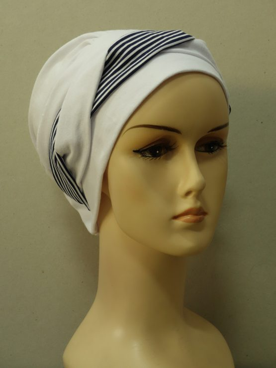 Biała modna czapka z dekoracją w paski