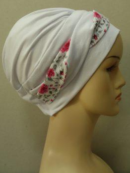 Biała modna czapka z dekoracją w róże