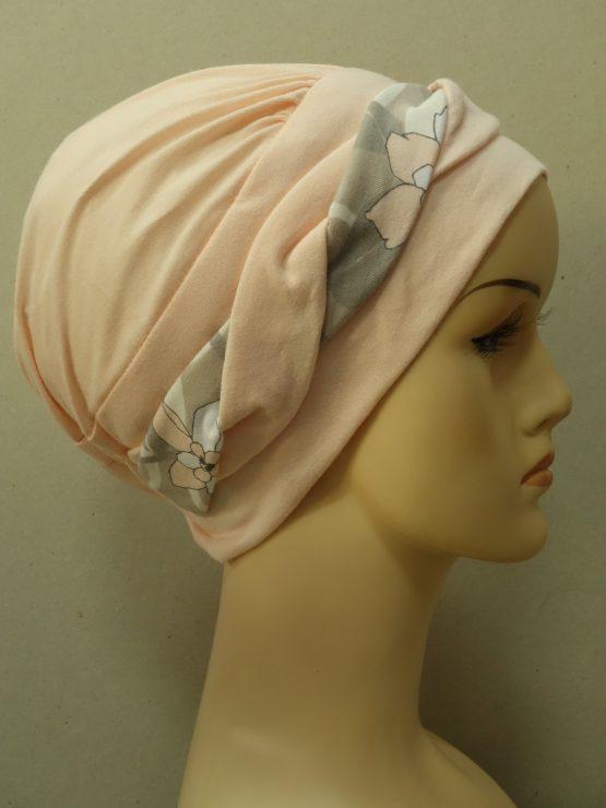 Morelowa modna czapka z dekoracją w kwiaty